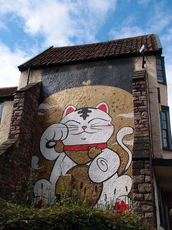 Một bức tường vẽ nghệ thuật chú mèo thần tài cute với hình tượng truyền thống