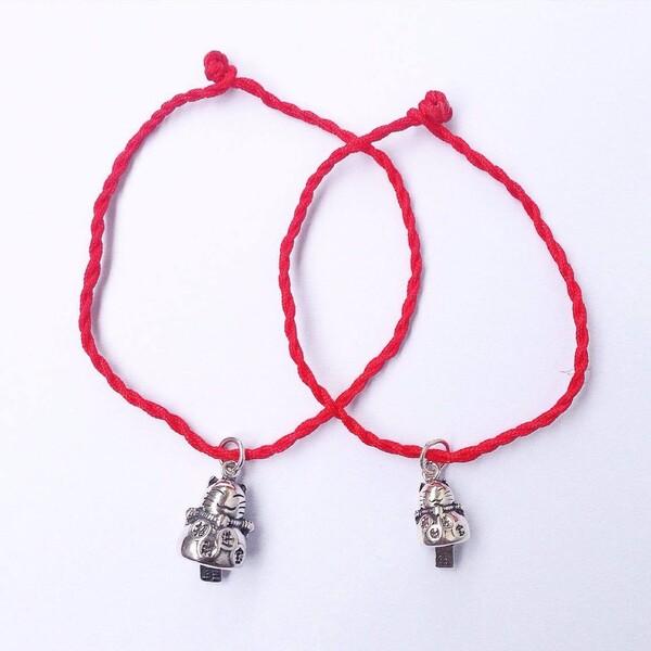 Charm kết hợp với dây màu đỏ