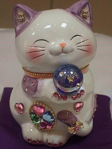 Chú mèo thần tài màu trắng với nhiều chi tiết, màu sắc lạ mắt