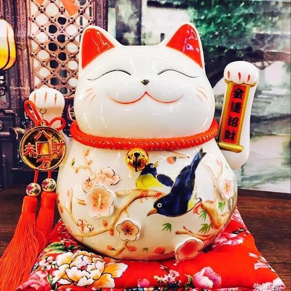 Mèo thần tài wallpaper cầm đồng tiền và họa tiết chim yến, hoa đào mang đến ý nghĩa may mắn, vạn sự như ý