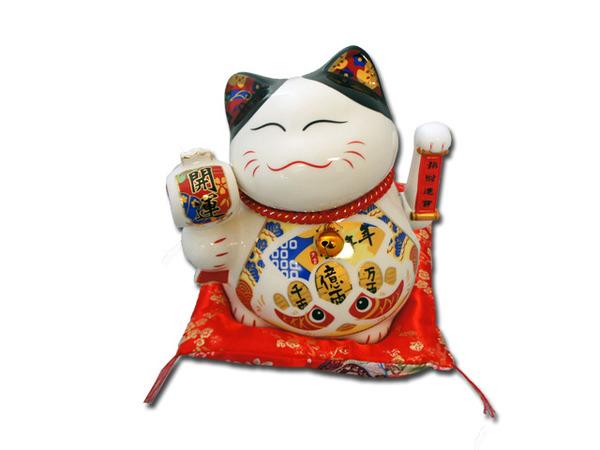 Chú mèo ôm thêm quả đào tiên là hình ảnh của sự may mắn, trường thọ và viên mãn