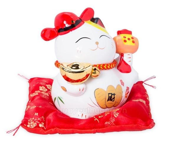 Mèo Maneki neko ngồi cầm búa mang ý nghĩa chiêu tài