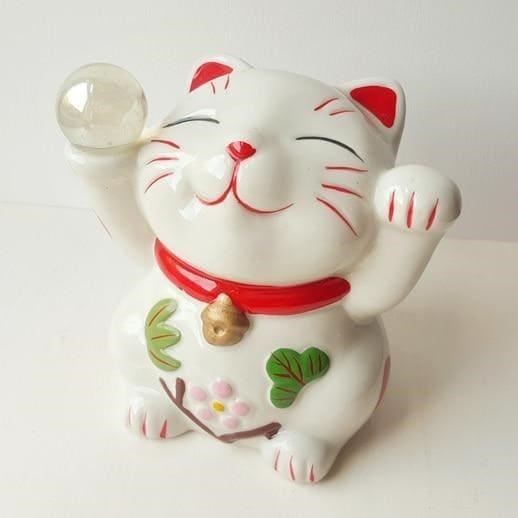 Mèo thần tài màu trắng tinh khôi tay cầm quả cầu thủy tinh