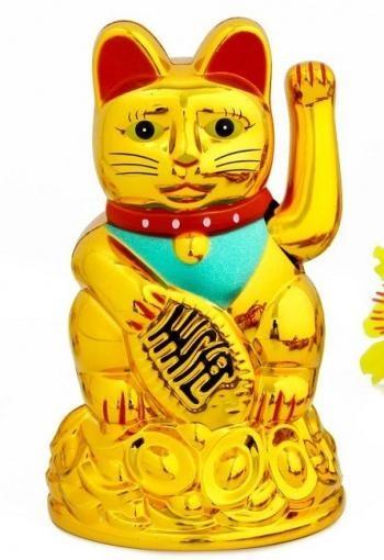 Mèo thần tài ngồi trên một núi tiền vàng giá trị