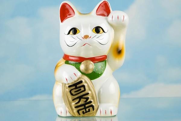 Mèo thần tài vẫy tay trên nền xanh mang đến cảm giác thư thái
