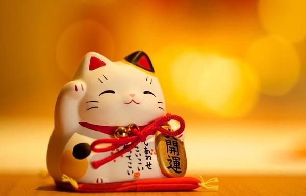 Mèo vẫy tay phải ý nghĩa mang lại may mắn, tiền tài, làm ăn phát đạt, thịnh vượng. Thường được sử dụng tại các trung tâm thương mại kinh doanh…