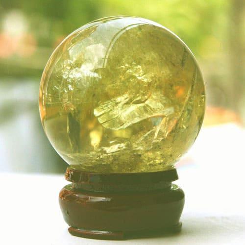 Quả cầu đá thạch anh tóc vàng - vật phẩm phong thủy cho tuổi giáp tý