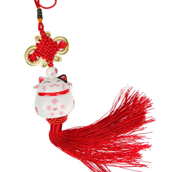 Tay phải của chú mèo cầm một chiếc quạt màu đỏ