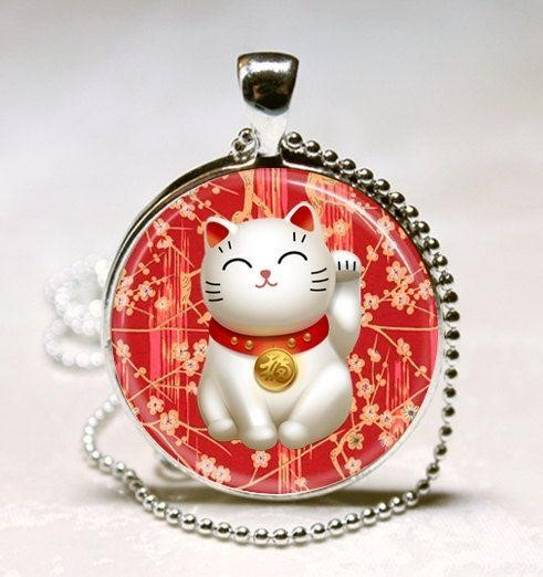 Một chiếc ví hộp tròn có họa tiết mèo thần tài trắng
