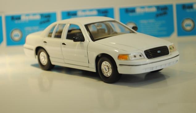 Ô tô mô hình Ford Crown Victoria 1999 màu trắng tỉ lệ 1:24