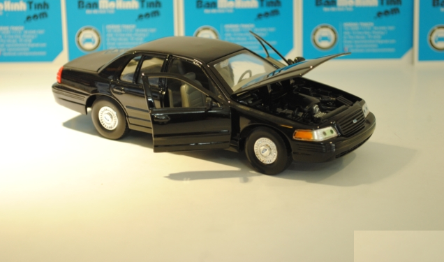 ford-crown-victoria-black-1999-6